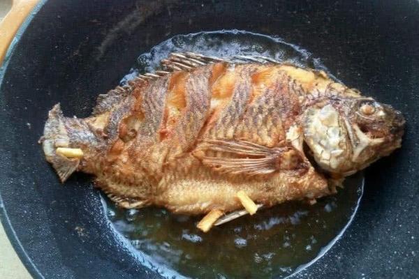 Để rán cá không bị bong da, bạn đừng quên gia vị này