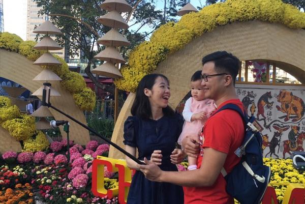 Sáng mùng 2 Tết tiết trời Sài Gòn se se lạnh, người dân đổ dồn về đường hoa du xuân