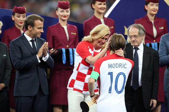Hình ảnh tổng thống Croatia lau nước mắt cho cầu thủ gây bão khắp MXH