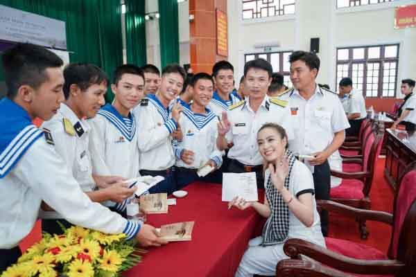 Sách quý đến tay cán bộ, chiến sĩ Vùng 5 Hải quân - Phú Quốc (Kiên Giang)