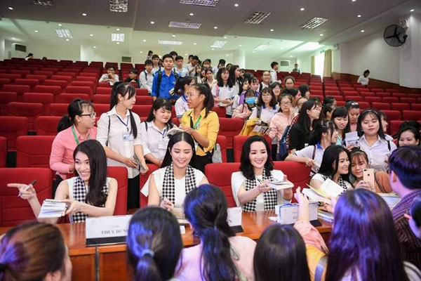 Hoàng Thùy Linh: 'Sách quý là ánh sáng tri thức để nhanh đến thành công'