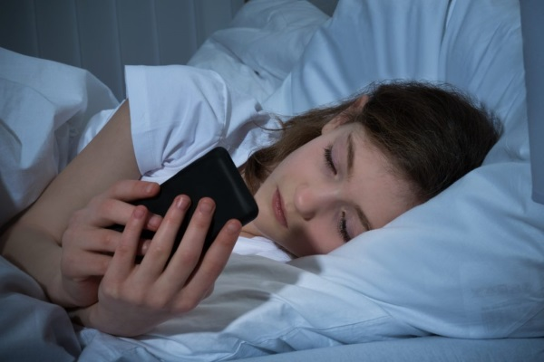 Điện thoại thông minh đã gây tổn thương lên da bạn ra sao?