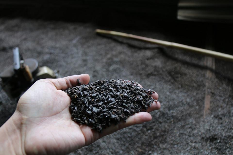 Bên trong cơ sở sản xuất cà phê trộn lõi pin có gì?