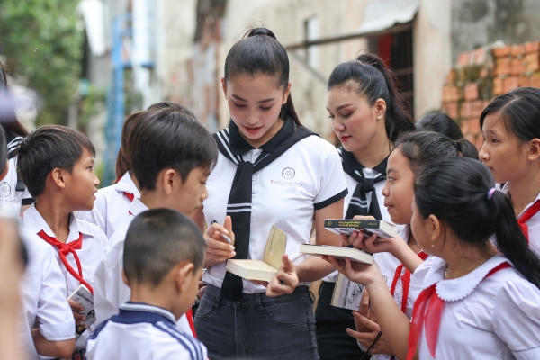 Hành trình Từ Trái Tim: Tiếp tục trao tặng hàng chục ngàn quyển sách quý đến vùng biển đảo phía Nam và Tây Nam