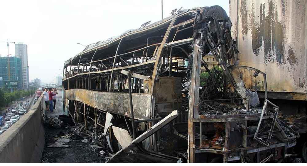 Xe khách va chạm xe container cháy dữ dội, một thai phụ tử vong