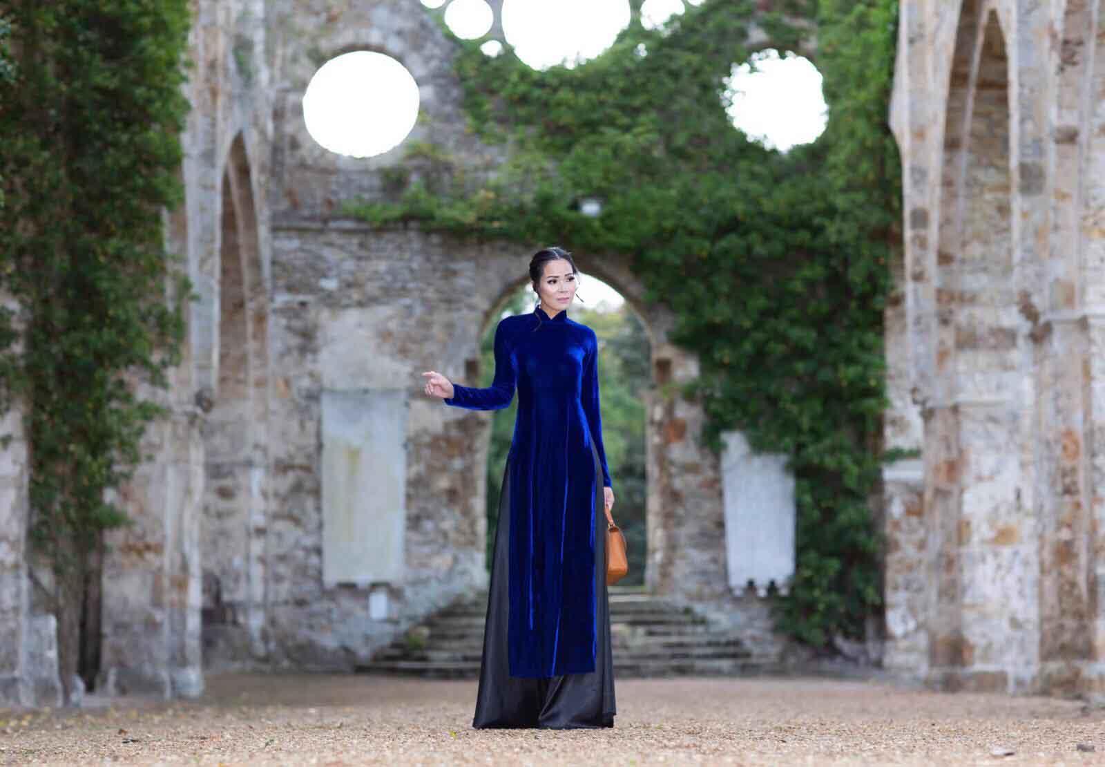 Vẻ đẹp sang trọng, duyên dáng của Van Jeanson trong tà áo dài Việt Nam