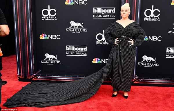 """Những """"bộ cánh"""" khó hiểu nhất tại Billboard Music Awards 2018"""