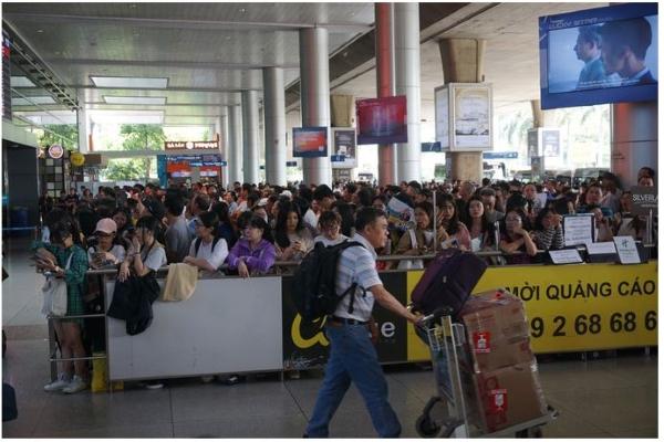 """""""Biển người"""" dồn về sân bay Tân Sơn Nhất đón người thân về nước"""