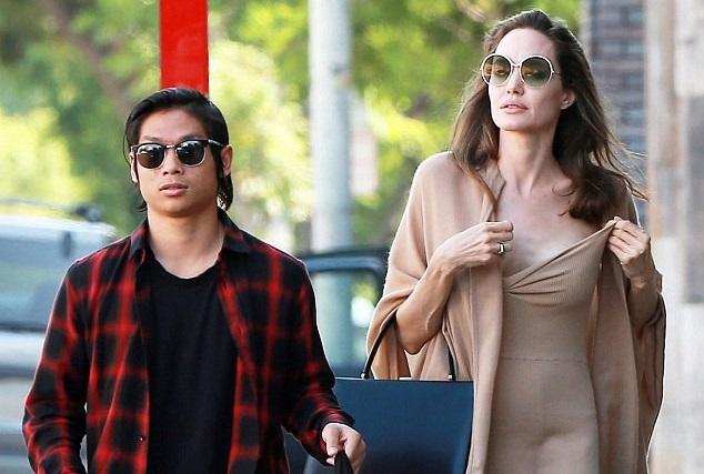 Angelina Jolie khoe vẻ gợi cảm khi đi ăn trưa cùng con trai gốc Việt