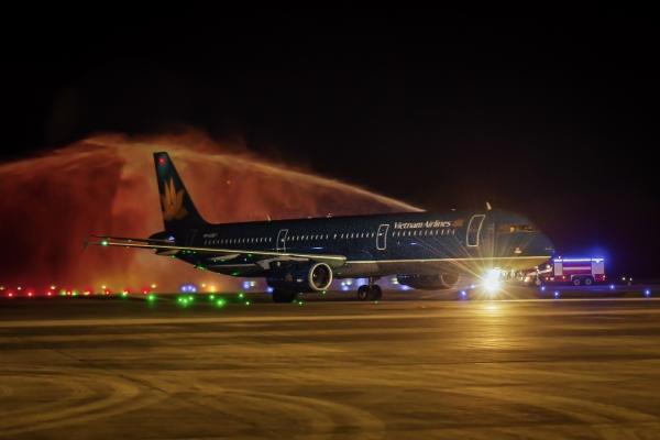 Chuyến bay quốc tế đầu tiên của hàng không Việt Nam đến Cảng hàng không Quốc tế Vân Đồn