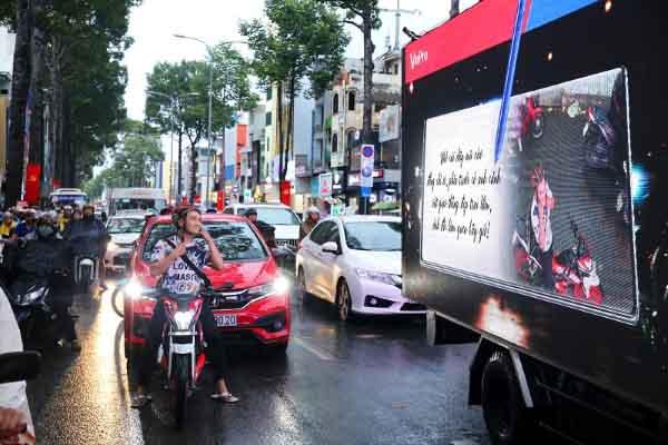 Người đi đường ngạc nhiên với xe ô tô biết… tâm sự trên phố