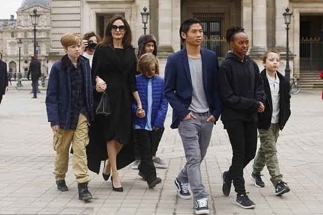 Angelina Jolie nhún nhường chia sẻ quyền nuôi con với Brad Pitt