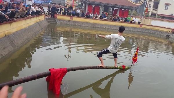 Ra xem hội đình Phương Lưu thi đi cầu Kiều