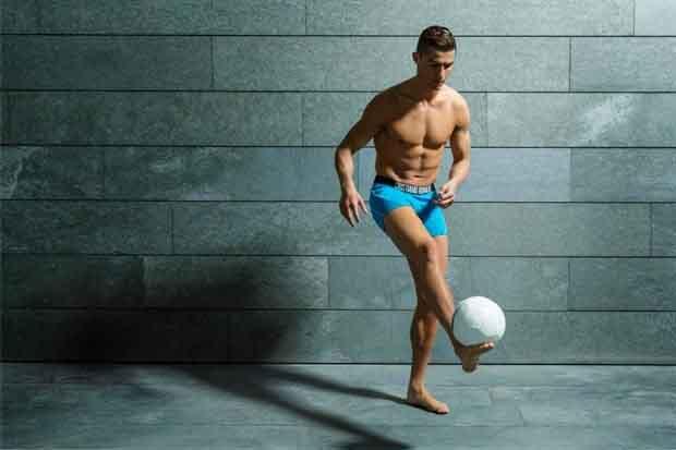 Ronaldo bụng 6 múi quảng bá bộ sưu tập quần lót mới