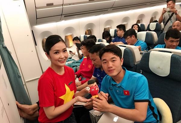 Các cầu thủ hào hứng về nước trên chuyến bay đặc biệt của Vietnam Airlines