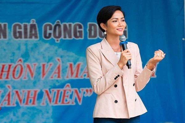 Hoa hậu H'hen Niê gây quỹ hơn 22 ngàn USD xây thư viện thân thiện
