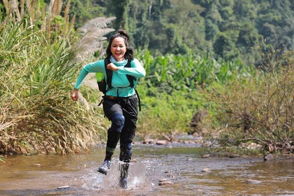 H'hen Niê chinh phục quãng đường 20km để khám phá hang Sơn Đoòng