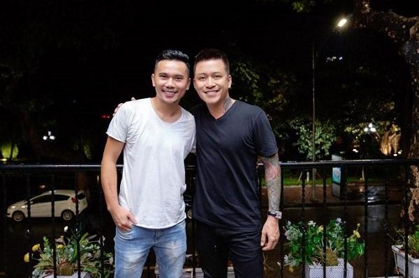 Tú Dưa viết 'Nắm tay qua đại dịch' trên bản hit của Tuấn Hưng