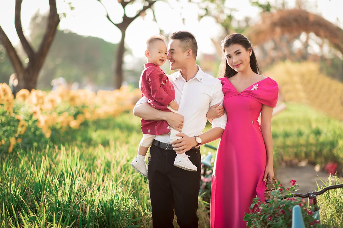 Con trai của Lương Thế Thành – Thúy Diễm diện áo dài, nhắng nhít trong bộ ảnh Tết