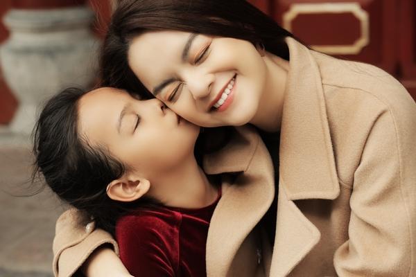 Phạm Quỳnh Anh 'rủ' con gái và học trò đóng MV Tết