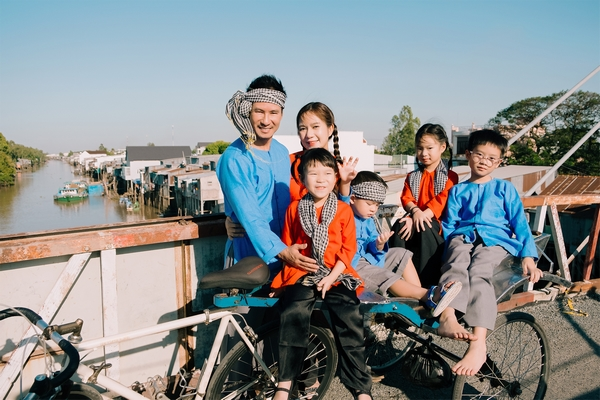 Lý Hải - Minh Hà diện áo bà ba, chụp ảnh đón Tết cùng các con