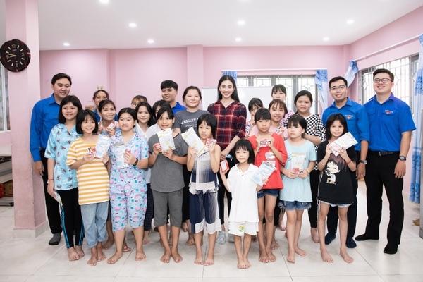 Hoa hậu Tiểu Vy tuyên truyền phòng chống dịch bệnh tại các mái ấm tình thương
