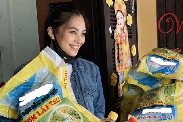 Nghệ sĩ Việt chống dịch Covid-19: Hoa hậu Tiểu Vy phát 1000kg gạo cho người nghèo ở Hội An