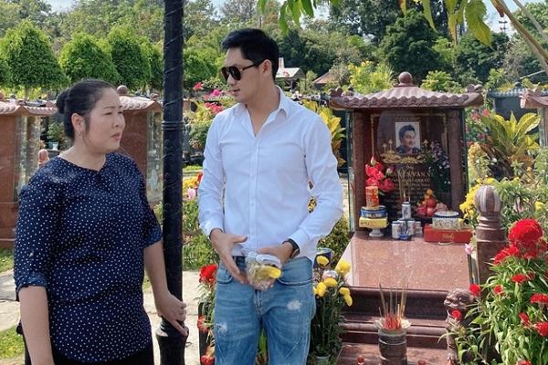 NSND Hồng Vân và Minh Luân viếng mộ nghệ sĩ Anh Vũ trong ngày đầu năm