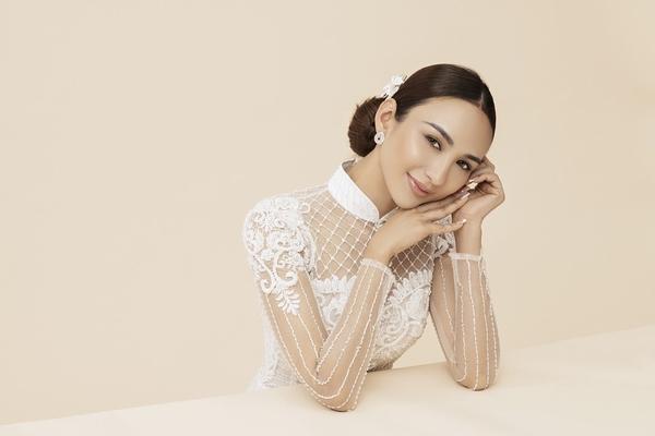 Hoa hậu Ngọc Diễm thướt tha với tà áo dài, trẻ trung như 'gái đôi mươi'