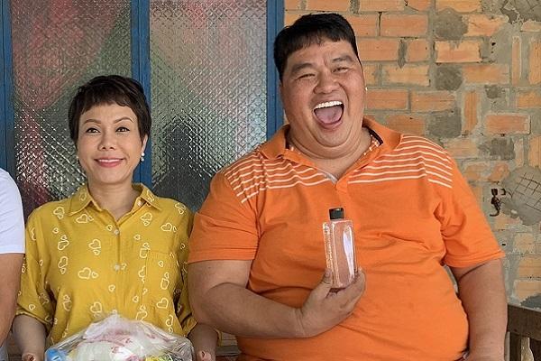 Việt Hương và Hoàng Mập đồng hành phát quà cho bà con ăn Tết
