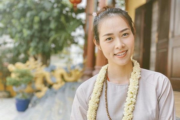 Diệp Bảo Ngọc tích cực làm công quả trong ngày Phật Đản