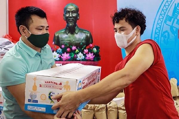 Nghệ sĩ Việt chống dịch Covid-19: NSND Tự Long và NSƯT Xuân Bắc tiếp sức cho bà con nghèo