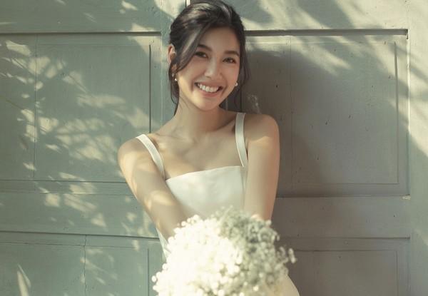 Nụ cười hạnh phúc của Á hậu Thúy Vân trước ngày 'theo chồng bỏ cuộc chơi'