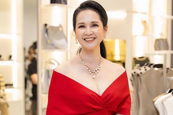 Vẻ đẹp U60 của NSND Lan Hương vẫn đầy thu hút người đối diện