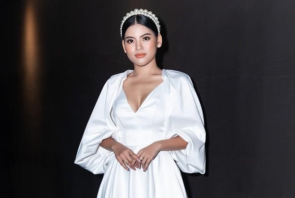 Ly Nha Trang đẹp nao lòng với sắc trắng