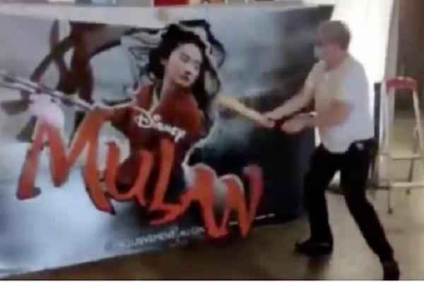 Chuyển qua chiếu mạng, poster 'Mulan' bị chủ rạp phim Pháp đập nát