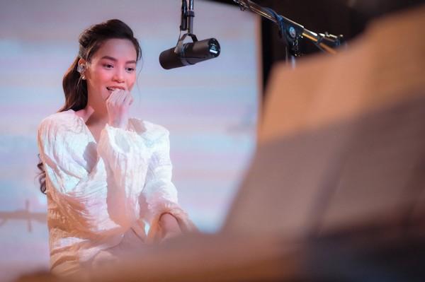 Hồ Ngọc Hà hát 'Cự tuyệt', đồng cảm với những người phụ nữ bị tình yêu phản bội
