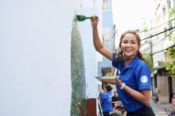 Hoa hậu H'hen Niê dành hết tâm huyết với các hoạt động cộng đồng