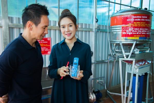 Lý Hải - Minh Hà lắp đặt máy lọc nước giúp người dân vùng cao