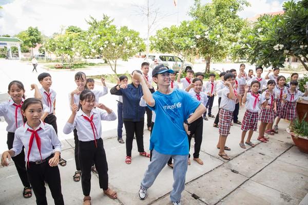 Quang Đăng mướt mồ hôi dạy học sinh nhảy 'Vũ điệu rửa tay'