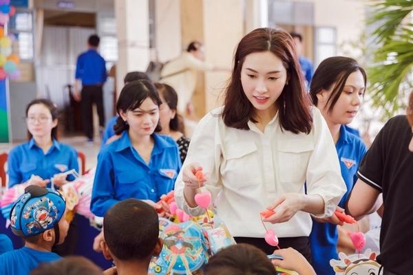 Đặng Thu Thảo về Bạc Liêu, trao quà Trung thu cho người nghèo