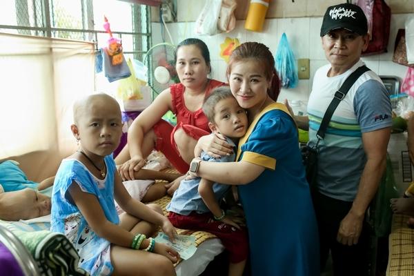 Vợ chồng Kiều Linh - Mai Sơn phát quà từ thiện cho bệnh nhân nghèo