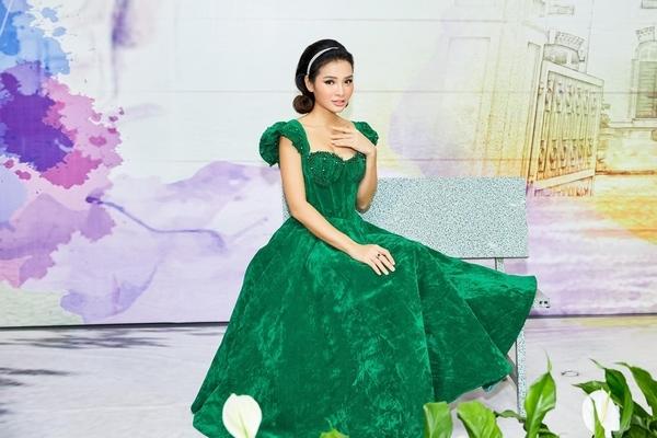 Tưởng diện đồ màu xanh lá sến sẩm, ai dè Phương Trinh Jolie đẹp thế này...