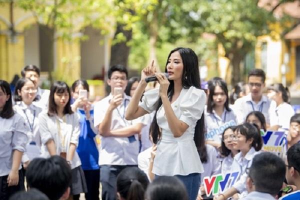 Á hậu Hoàng Thùy: 'Tuổi trẻ phải dám ước mơ'