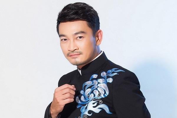 Trương Minh Quốc Thái điển trai làm mẫu áo dài