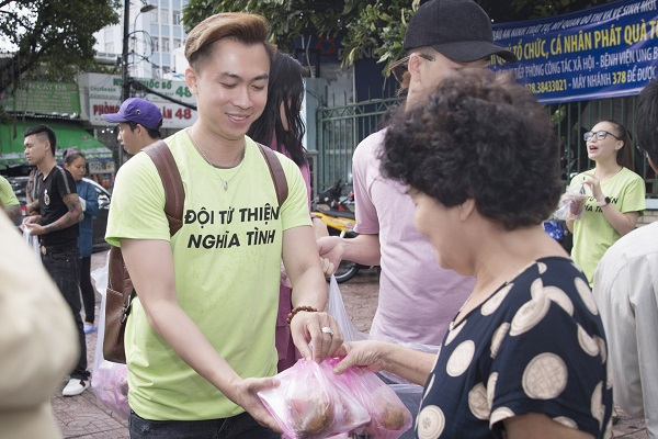 Hồ Việt Trung đi làm từ thiện tháng Vu lan