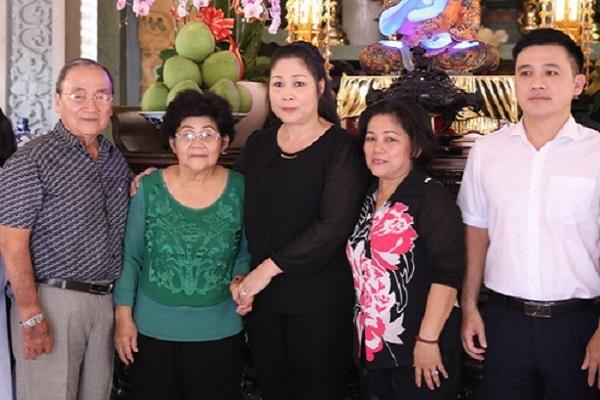 Nghệ sĩ Hồng Vân, Minh Nhí và gia đình cúng 49 ngày cho Anh Vũ