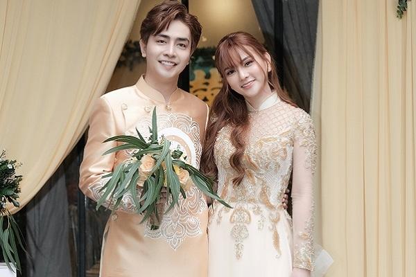 Thu Thủy và chồng trẻ diện áo dài truyền thống trong lễ vu quy