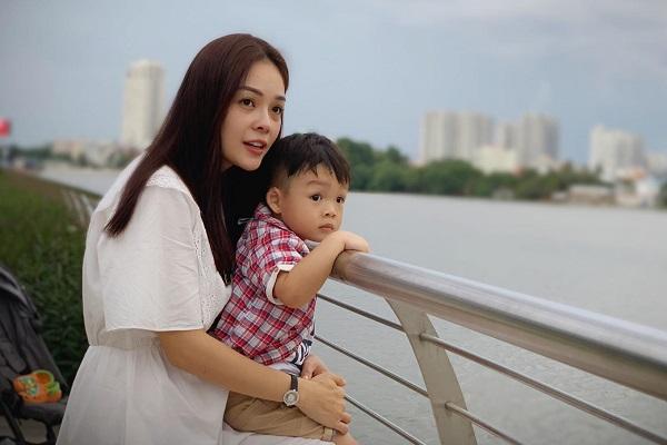 Dương Cẩm Lynh đưa con đi sở thú, ngắm sông nước chiều cuối tuần