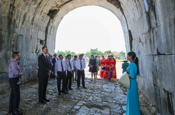 Đại sứ Mỹ tài trợ gần 100.000 USD giúp bảo tồn di sản văn hóa Thành nhà Hồ